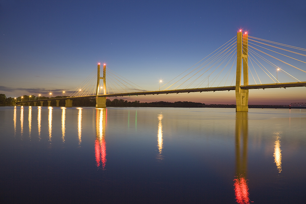 bayview-bridge-over-mississippi-river-quincy-illinois-at-dusk
