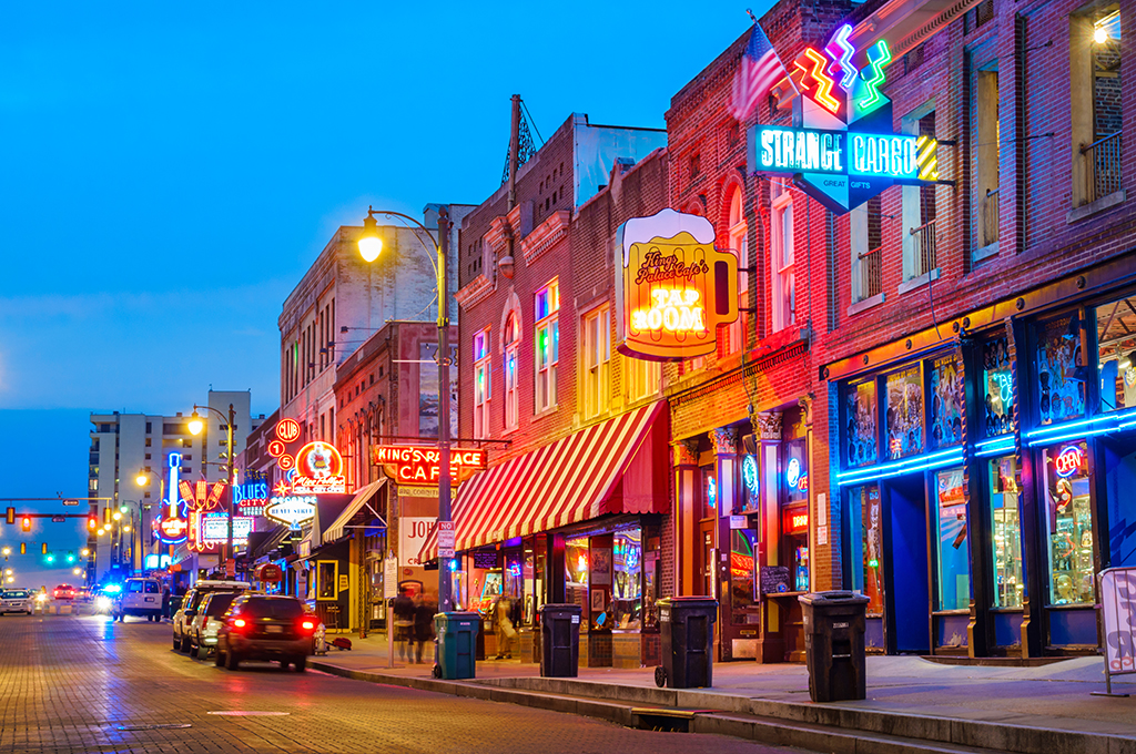 beale-street-music-district-in-memphis-tennessee-usa